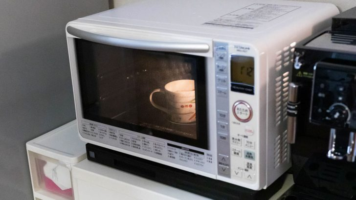 電子レンジを掃除するコツ!掃除する前に水を入れたコップをチンしよう!