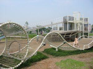 広々とした公園で、犬の散歩やジョギングをしている人がたくさんいます。大型遊具が独創的で、子どもたちが嬉しそうに遊んでいます。